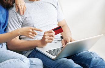 pár nakupuje na internetu