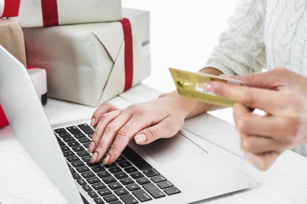 žena nakupuje dárky na internetu